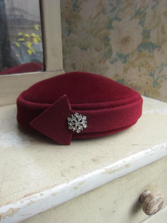 Elegant shape, love the arrow detail, could be made in contrasting fabric, with a detachable brooch to add sparkle!