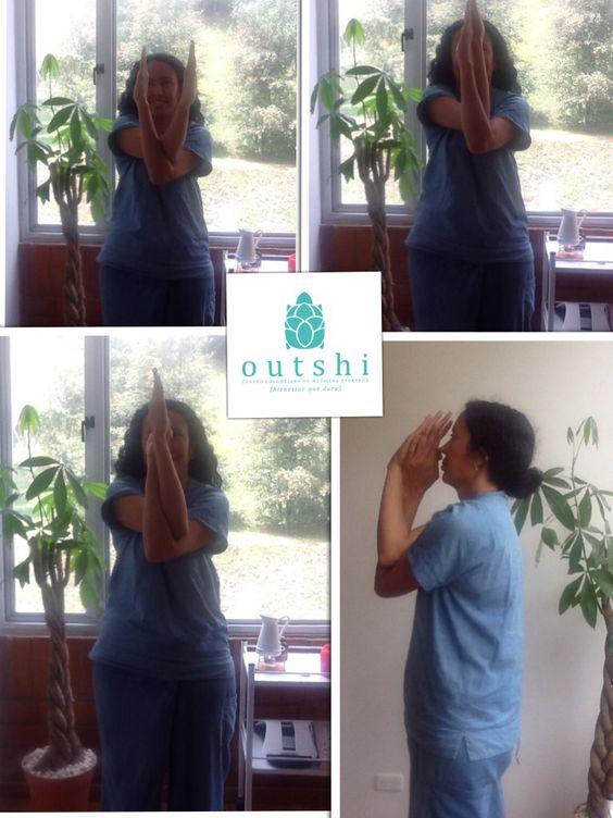 Hombros cansados? Relájalos con estos simples movimientos de yoga, recomendados por Outshi