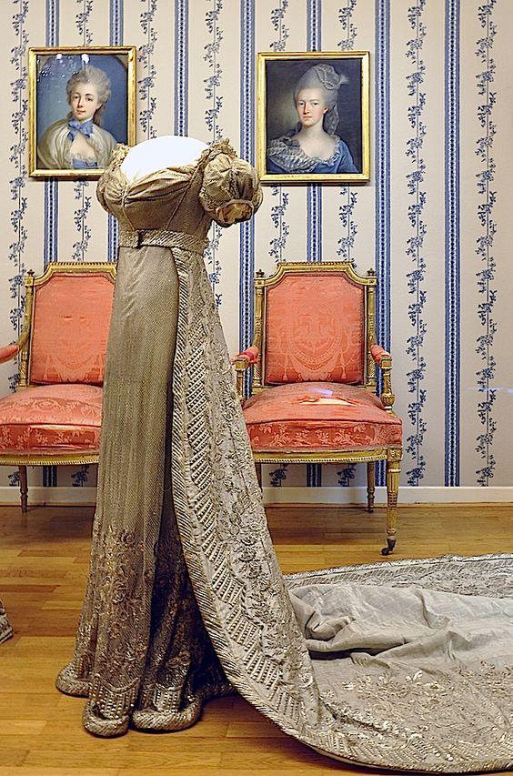 Queen Louise of Prussia (Luise von Mecklenburg-Strelitz) court dress with train. The Queen was tall (174 cm) and thin, and her body type was similar to a model of our days./ Vestido de corte con cola de la reina Louise. La reina era alta (174cm) y delgada, y su tipo de cuerpo más parecido a una modelo de nuestros días.