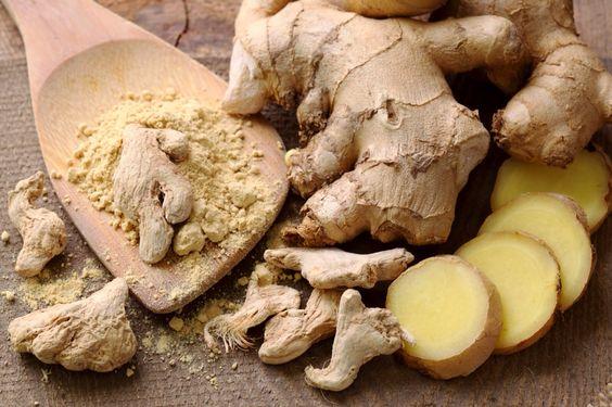 Il rizoma essiccato, generalmente commercializzato in polvere, è impiegato come spezia in cucina e nella preparazione di liquori e bibite (in particolare del Ginger ale) come aromatizzante.