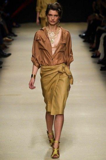 Look colori della terra - Camicia caramello e gonna sabbia annodata della collezione Alberta Ferretti primavera/estate 2016