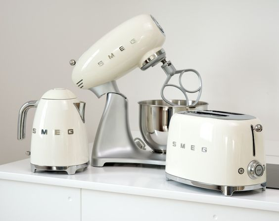 Smeg retro white toaster, kettle, & mixer. Très adorable:)