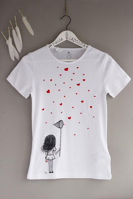 Pintadas a mano camisetas de mujer con una niña por SpringHoliday
