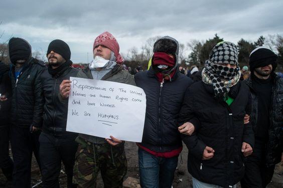 """""""Kommt und seid Zeuge"""", haben die iranischen Männer auf ein Plakat geschrieben...."""