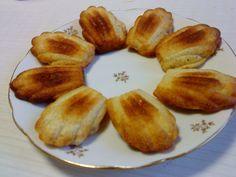 Ingrédients :  1 CàS de son de blé 2CàS de son d'avoine 2 petits suisse à 0 % de M.G 2 oeufs 1 Cà C d'arôme citron (ou autre) 3 CàS d'édulcorant de cuisson 1/2 sachet de levure chimique  Allumer le four à 180°C. Mélanger tous les ingrédients et mettre dans des moules à madeleines en silicone puis enfourner 20 minutes. Démouler et laisser refroidir.