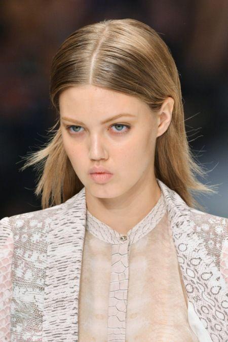 Lindsey Wixson Kimdir - Biyografi - Kansas doğumlu Amerikalı top modelin doğum tarihi 11 Nisan 1994. Kendine özgü doğal aralıklı dişleri, dudakları ve yüz ifadesi görüntüsüyle dünyadaki elit modellerden bir tanesidir.