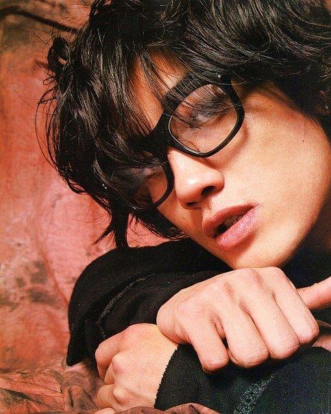 メガネをかけた赤西仁