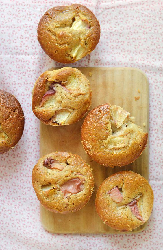 En hiver, je fais souvent des muffins aux poires. Mais avec ces pêches ultra juteuses et sucrées que qu'il y a en ce moment sur les étals des marchés, j'avais bien envie de préparer des muffins aux pêches ! www.sweetandsour.fr