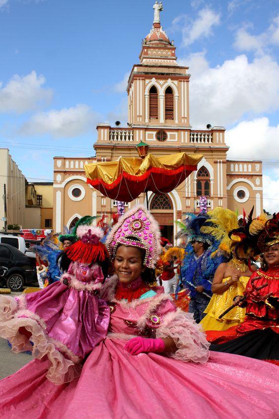 Cortejo do Maracatu de Baque Virado Nação de Luanda - Pernambuco