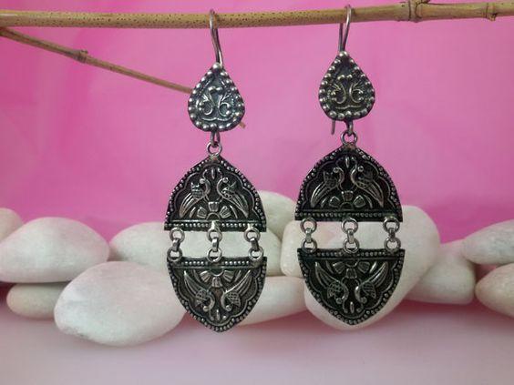 Pendientes etnicos  de plata labrados artesanalmente, proceden de Orissa, India. Miden 8,5 cm. de alto y 3 cm. de ancho.