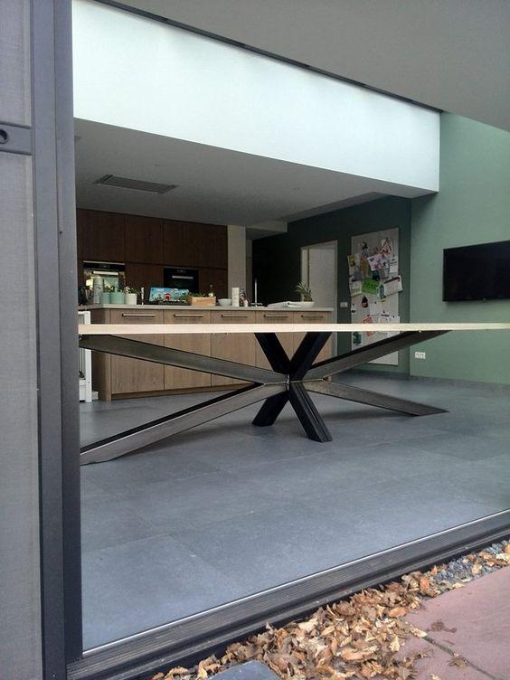 Houtkwadraat heet niet voor niets zo. Wij, Arne en Senne Loonen, zijn tweelingbroers die met hout [en staal èn veel plezier] werken in onze professionele werkplaats. In onze meubelmakerij maken wij unieke keukens, kasten, tafels, complete interieurs en buitenmeubels. Op maat. Naar de wens van de klant. Uitgangspunten bij ontwerp en realisatie zijn vakmanschap, duurzaamheid en een juiste prijs-kwaliteitverhouding. Ook voor een beperkt[er] budget zetten wij onze creativiteit maximaal in.