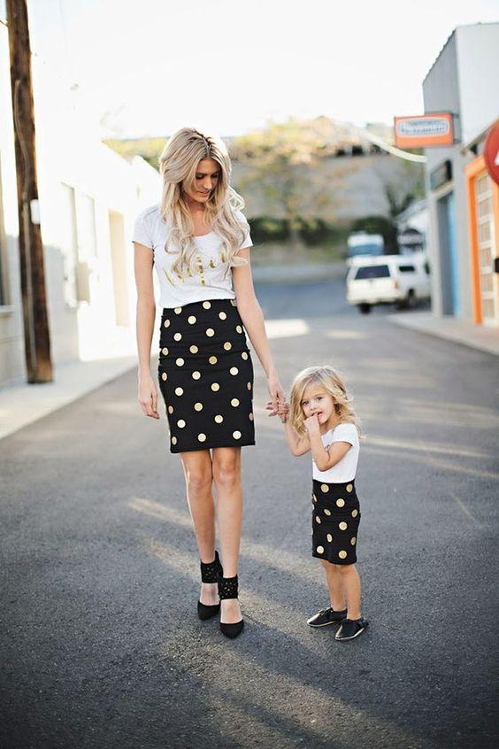 Muita gente torce o nariz para essa moda, mas tem coisa mais fofa que ver mães e filhas com looks coordenados? Abaixo, separamos 20 fotos lindas para inspi: