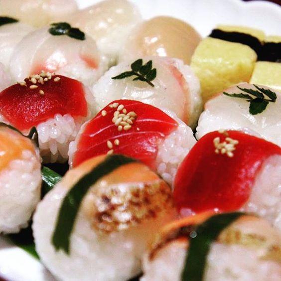 ✴︎ ✴︎ 特売品「375円」の お刺身の盛り合わせで 2人前の 「手まり寿司」第2弾 ✴︎ 炙りサーモンが秋 ✴︎ ✴︎ #sushi  #手まり寿司 #家飯 #寿司 #刺身 #手作り #簡単 #l4l #f4f #follow #YOLO  #晩餐 #美食 #金槍魚 #tuna #かなぢゃん