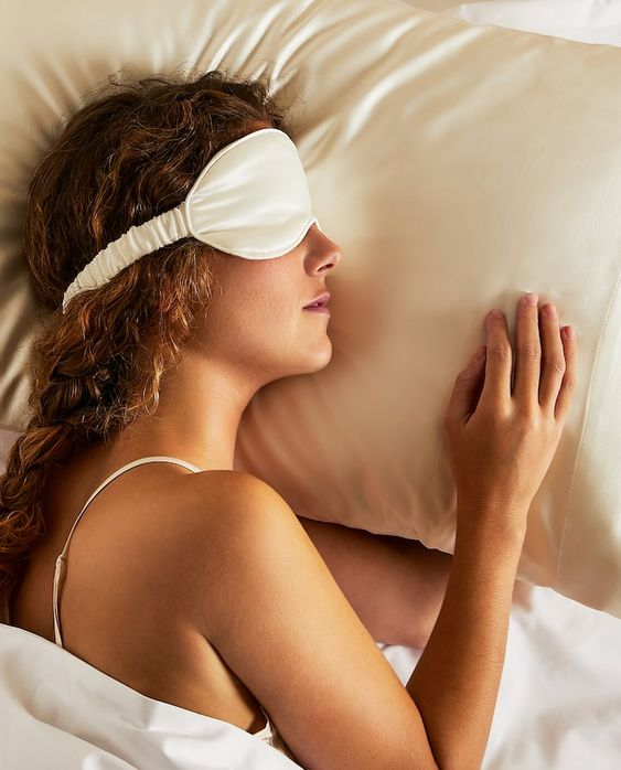 Image of the product 100% MULBERRY SILK PILLOWCASE AND EYE MASK