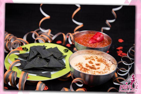 Schwarze Nachos zu Halloween mit Käse-Dip und feurig scharfen Salsa-Dip.