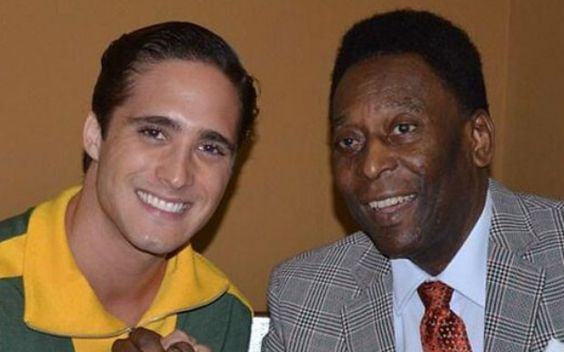 Diego Boneta tava aqui no Brasil ano passado gravando a cinebiografia do Pelé. E quando o Rei do futebol deu uma passadinha pelo set de filmagem, Diego foi logo tietá-lo.
