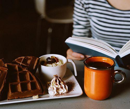 Resultado de imagem para livros, chocolate e café