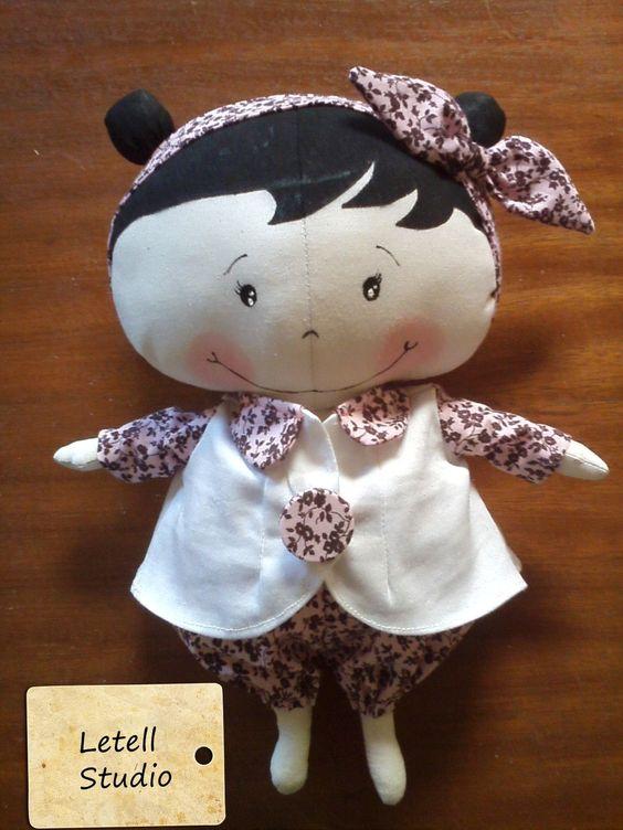 Ser criança já é uma delícia! Melhor ainda poder tornar a infância mais gostosa com uma boneca de pano. <br>Excelente sugestão de presente ou decoração, boneca de pano em tecido 100% algodão e braços articulados.