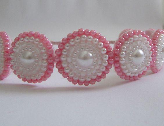 Tiara forrada com fita de cetim e 8 enfeites bordados de vitrilhos rosa e contas de pérolas rosa e branca.