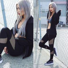 Lleva un look negro y gris con un bra deportivo, encima un cardigan abierto y los leggings con mallitas más cool que encuentres.   18 Looks para la gente que le gusta usar ropa deportiva en todo momento