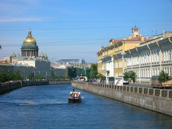 El río Moika, la Catedral de San Isaac y el Palacio de los principes Yusupov (amarillo a la derecha), donde en el año 1916 fue asesinado el famoso Grigory Raspútin. San Petesburgo