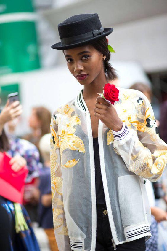 Những mẫu áo khoác nữ sử dụng chất liệu ren khá được ưa chuộng trong thời gian gần đây kết hợp cùng mũ vành cùng một đôi giày thể thao sẽ khiến bạn trông vô cùng cá tính đó