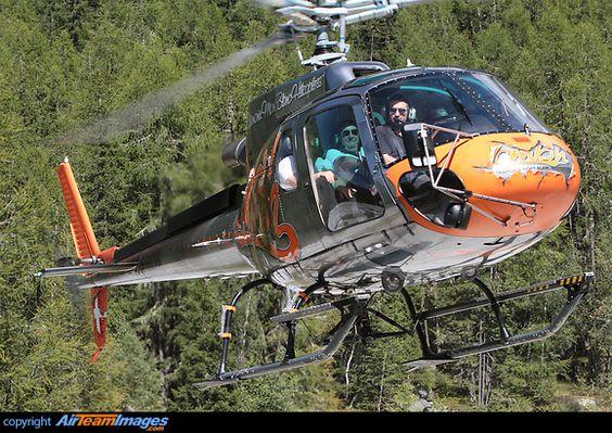森の中を飛ぶヘリコプター