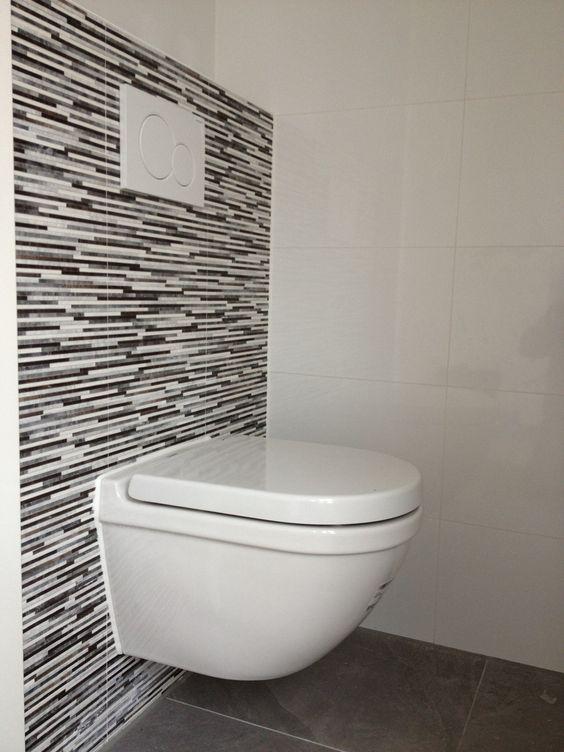 Toilet betegeld met 20 x 40 met strookjes look en wit 30 x 60 tegel toilet renovatie - Wc tegel ...
