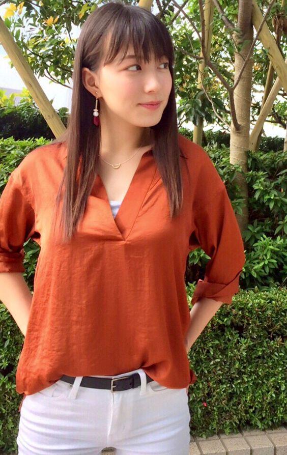 阿部華也子テラコッタカラーのシャツでかっこよく決める