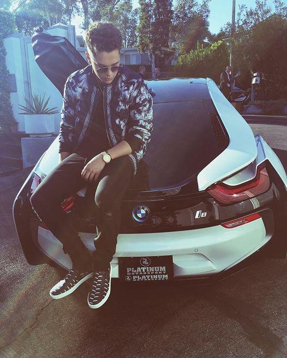 BMWの上に座っているオースティンマホーンのかっこいい画像
