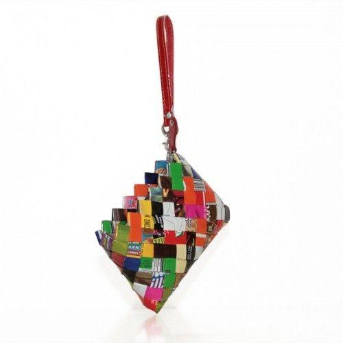 Nahui Ollin est une créatrice mexicaine qui fait ses sacs à partir de papiers de bonbons recyclés. Elle utilise une technique maya de pliage de papier