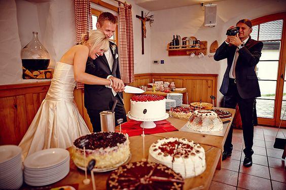 Hochzeit Sabina & Kai  Samerberg im Chiemgau - Duftbräu  Anschneiden der Hochzeitstorte