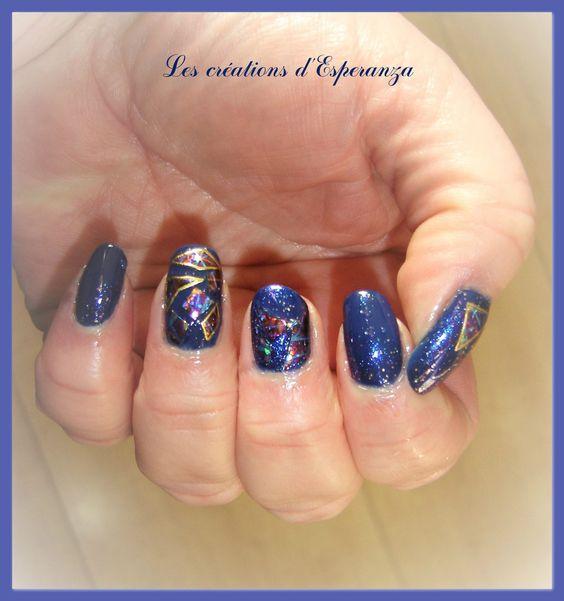 #nail art #glass nails #bleu Me voici avec une nouvelle technique testée le week-end dernier : le Glass Nails (ou l'effet miroir brisé)... J'avoue que j'appellerai ça plutôt l'effet vitrail brisé pour ma part car je n'ai pas utilisé du papier aluminium...