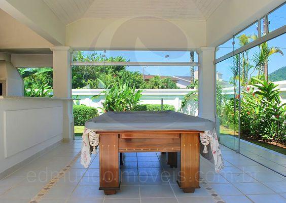 Uma mesa de bilhar torna o espaço ainda mais divertido, podendo ser palco para boas disputas entre os amigos e familiares.