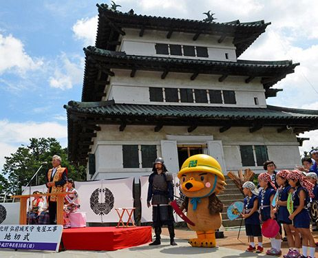 HIROSAKI, Aomori Prefecture--The massive tower of Hirosaki castle was slowly lifted off its base as the first large-scale renovation in about a century of the stone walls below got under way.