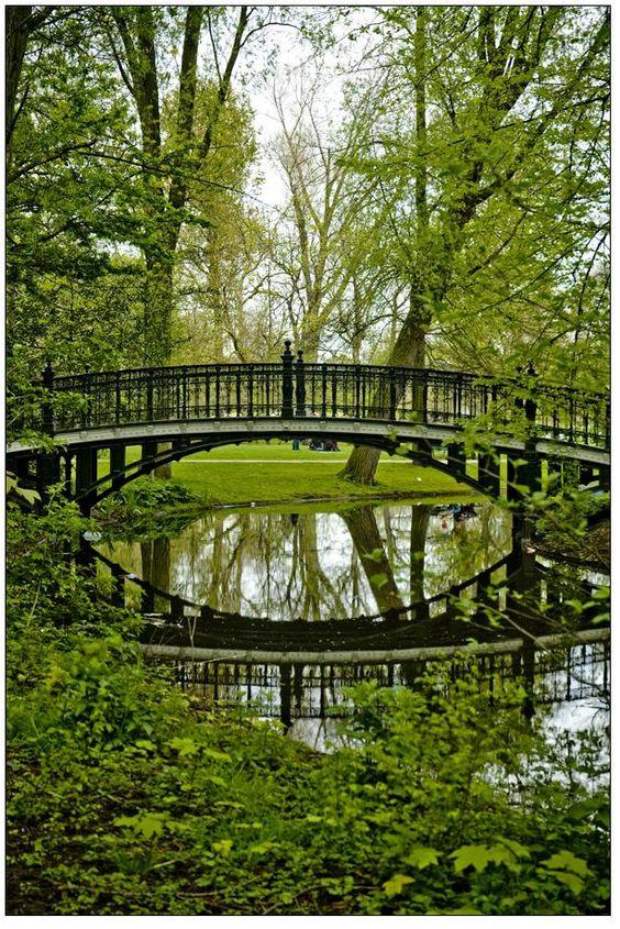 Le Vondel Park a été conçu en 1864 dans un style anglais. Certains soirs d'été, des concerts gratuits et des pièces de théâtre en plein air y sont organisés. I Erasmusez-vous à Amsterdam https://www.facebook.com/ma.caisse.epargne.normandie#!/ma.caisse.epargne.normandie/app_159166830947571