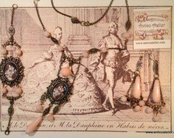 From Italy 18th century Rococo Jewelry. Graziosa collana in semi preziosa pietra dura dagata color azzurro e perle naturali di fiume con pendente cabochon in vetro, completa di orecchini