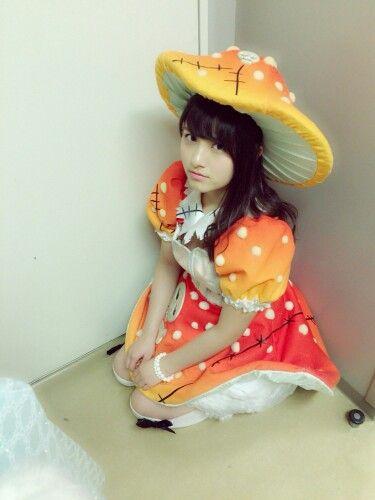 キノコの衣装を着ている大和田南那