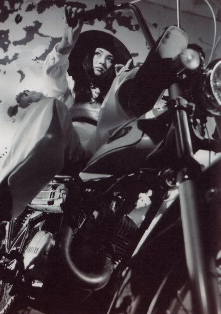 バイクにまたがっているかっこいい梶芽衣子の画像