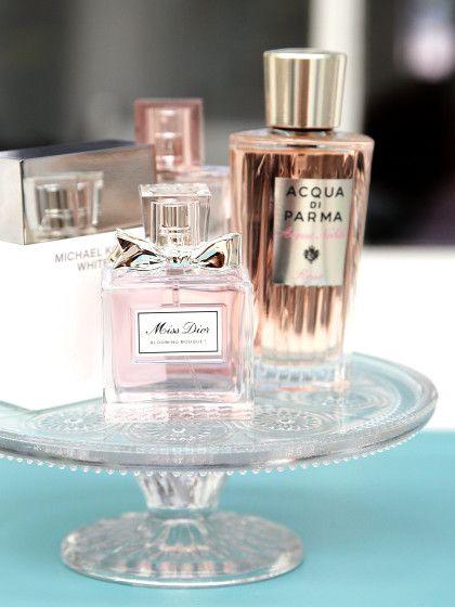 Die Parfum-PlatteParfumssehen von Haus aus schon hübsch aus. Auf einer Kuchenplatte oder einer Etagere drapiert wirken sie aber noch edler.
