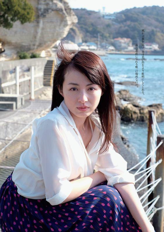 平井理央海辺でセクシーな表情