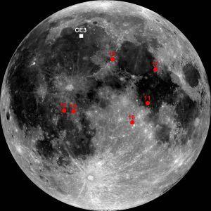 Marcada sobre la superficie lunar aparece la zona de alunizaje de la misión china CE3. En rojo, las misiones Apolo.