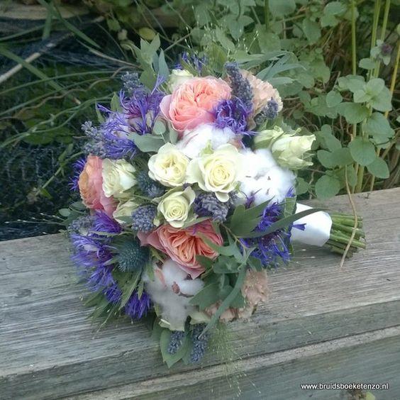 bruidsboeket biedermeier paars wit perzik.  Veldboeket trouwboeket