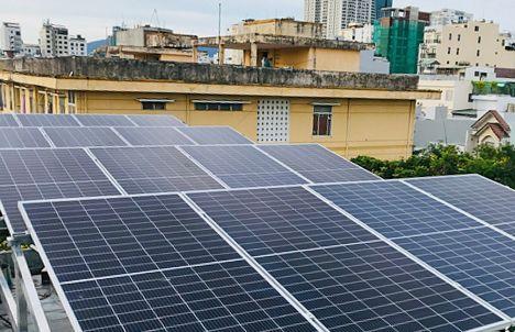 Hộ gia đình anh Nguyễn Mỹ, phường Mỹ An, quận Ngũ Hành Sơn đầu tư hệ thống điện mặt trời mái nhà để vừa sử dụng, vừa bán lại sản lượng điện dôi dư cho ngành điện lực. Ảnh: TRIỆU TÙNG
