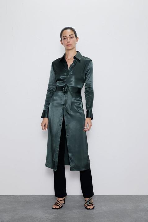 Hay un vestido satinado en Zara que querrás llevar con