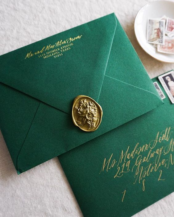 When you have a bride with an eye for design + a Christmastime wedding, it makes a stationer like me the happiest! 🌲✨ Gold foil-stamped return address, gold calligraphy addressing, emerald green envelopes, gold wax seal