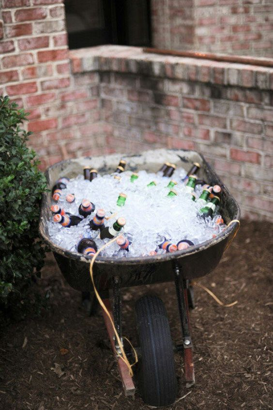 Fun idea for keeping drinks chilled at an outdoor party. #Entertaining #DIY #OutdoorLiving:
