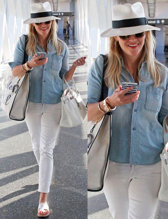 El blanco es la clave del look de Reese Witherspoon que lo luce en sus vaqueros, sandalias, sombrero y bolsos. Remata con una camisa denim.