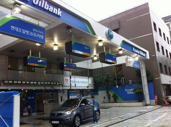 這家韓國的加油站把油槍設計在天花板從天而降,於是油箱蓋在哪一側就都沒有阻礙了!