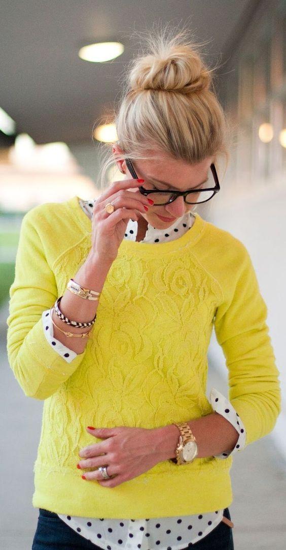 Acheter la tenue sur Lookastic:  https://lookastic.fr/mode-femme/tenues/pull-chemise-de-ville-jean-montre-bracelet-bague/1038  — Chemise de ville á pois blanche et noire  — Jean bleu marine  — Pull en dentelle jaune  — Montre dorée  — Bague argentée  — Bracelet doré